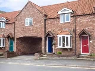 LITTLE DAISY HOUSE, link-detached property, en-suite, parking, enclosed garden, in Hornsea, Ref 936958