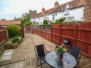 LITTLE DAISY HOUSE, link-detached property, en-suite, parking, enclosed garden, in Hornsea, Ref 936958