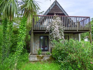 39 VALLEY LODGE, upside down lodge, WiFi, private patio and balcony, leisure facilities, near Calstock, Ref 939483