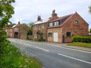 THE THANKFUL FORGE, former blacksmith's cottage, woodburning stove, pet-friendly, Hornsea, Ref 933070