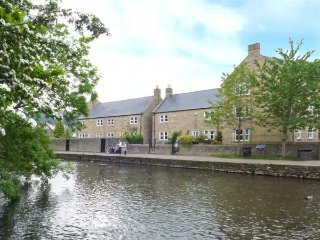 MAYFLY COTTAGE, off road parking, riverside walks, close to amenities, Bakewell, Ref 935487