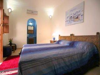 Chambre Chaäma 1 Très grand lit 2 Personnes + 1 lit 1 Personne ou 3 lits 1 Personne