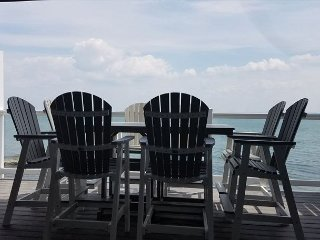 Modern, Waterfront Beauty with 4 BR, 3 Baths, Lake Erie Views - max 12 ppl