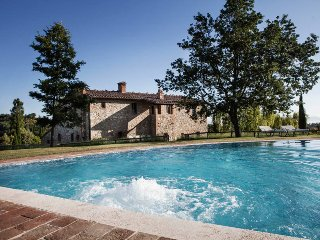 Villa Albina is a sophisticated villa in Tuscany, located only 5km from Montepul