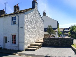 KATIE'S COTTAGE, romantic retreat with woodburner, WiFi, patio, close pub in Embsay Ref 906506, Skipton