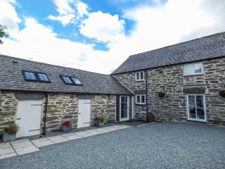 THE DAIRY, barn conversion, hot tub, woodburner, pet-friendly, nr Cerrigydrudion, Ref 923927