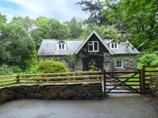 TYN TWLL, pet-friendly cottage, enclosed garden, flexible sleeping, Penmaenpool, Dolgellau Ref 932940