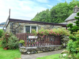 STABLE COTTAGE, single-storey cottage, pets welcome, enclosed patio, Penmaenpool
