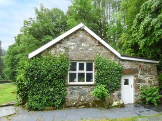 RIVERSIDE COTTAGE, overlooks stream, pets welcome, Penmaenpool, Dolgellau Ref 932942