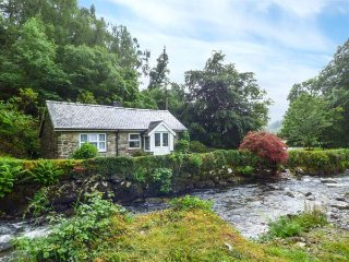 RIVERSIDE COTTAGE, overlooks stream, pets welcome, Penmaenpool, Dolgellau Ref 93