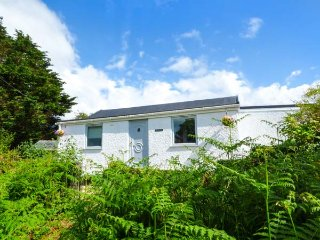 ROSEDALE, detached, woodburner, pet-friendly, enclosed garden, WiFi, near Swansea Ref 933147