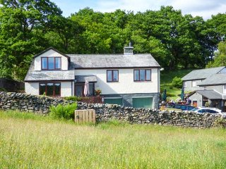 WETHERLAM VIEW, woodburner, WiFi, pet-friendly, private enclosed garden, in Little Langdale, Ref 939080