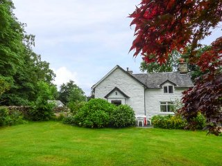 TY GWYN, pet-friendly cottage, garden, country setting, Penmaenpool near