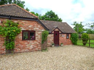 2 STABLE COTTAGES, all ground floor, private decked patio, rural location, Trowbridge, Ref 939355