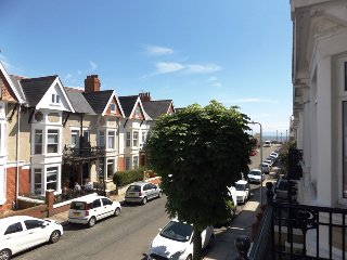 Contemporary Apt with a Retro Twist & Sea Views, Porthcawl
