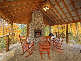 Cabin on the Creek!  4 Bedroom Luxury Cabin with outdoor fireplace!, Gatlinburg