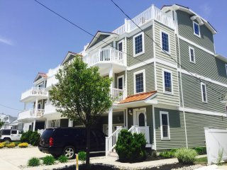 Beach Block Condo, Sleeps 9-11, 3 br, pool, 2 park, North Wildwood