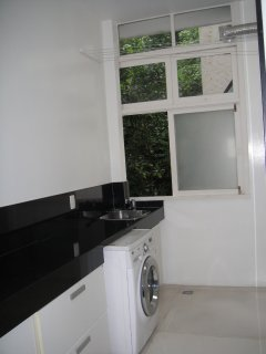 Service area with sink, washing machine and dry and clothesline. Super ventilated space and ample.