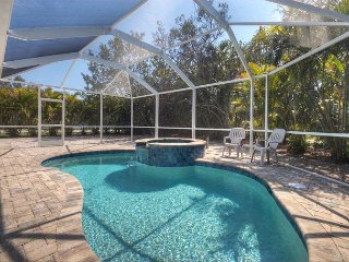 Beach Retreat: A 2 Bedroom Island Cottage Pool Home Only Steps to the Beach!, Isla de Sanibel