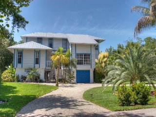 Pineapple Palms: Spectacular 3 Bedroom East End Pool home with Private Dock!!, Île de Sanibel