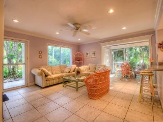 Spanish Cay A4: Bright & Cheerful, Great Island Location & Across from Beach!