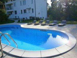 Dalla piscina si vede l'appartamento al 1 piano