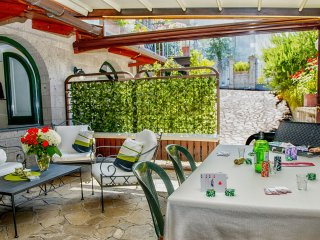 Apartment Rosa - in Sorrento centre, with FREE parking, pool, WiFi, garden