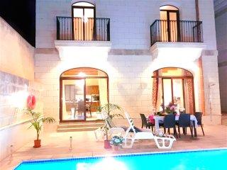 Lovely twin room with pvt bathroom in Luxury Villa, Nadur