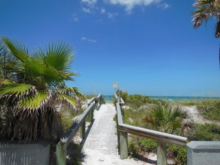 Pass-A-Grille Beach Views House Sleeps 10 Wifi, St. Petersburg