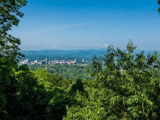Beautiful Mountain Views and Sophistication 5 min. to downtown Asheville, new ki
