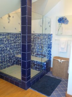 Great shower with bench