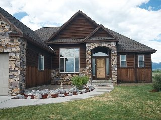 New Rental! Walk to downtown! On Ski-Hill Road! Hot-Tub + Free WiFi +++