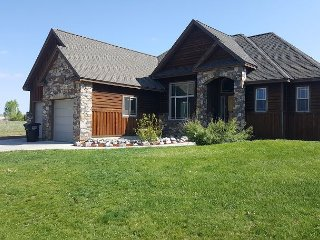 New Rental! Walk to downtown! On Ski-Hill Road! Hot-Tub + Free WiFi +++, Driggs