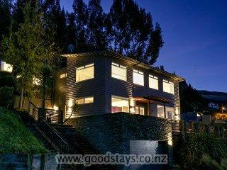 Winnie's: Outstanding spacious home + apartment: views, decking, spa!