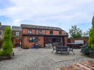 NETHERFIELD COTTAGE, detached designer house, en-suite, hot tub, ideal for a fam