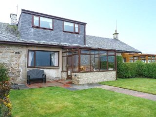 THE SMITHY, sea views, sandy beach opposite, lawned garden, pet-friendly, Turnberry, Ref 936638