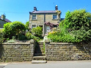 ASH COTTAGE luxury romantic retreat, village centre in Baslow, Ref 939173