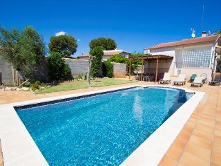 Enlightening Oasis villa for 8 guests, just 3km from the beaches of Costa Dorada, El Vendrell