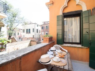 Cozy apt with terrace facing a typical canal, City of Venice