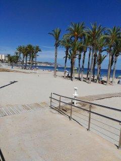 Preciosa Playa Centro con todos los servicios de hamacas, sombrillas....