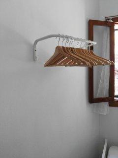 Detalle de perchero adicional al armario