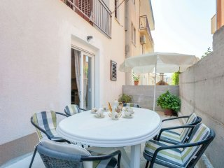 Spacious 2 BR 2 BA Apt with Terrace in Podstrana