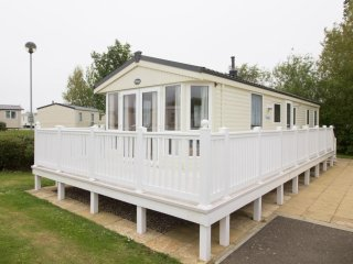 8 berth caravan at Hopton Haven Holiday Park, in Great Yarmouth. REF 80007SD