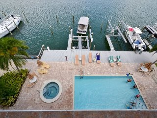 Island Key Condo 402  - Clearwater Beach Penthouse -Double Balcony, Pool, Spa