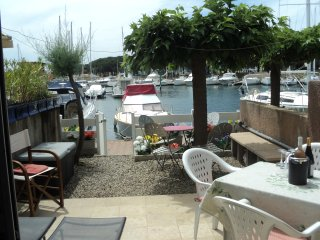 Lovely 2 Bed House + Terrace on Private Marina