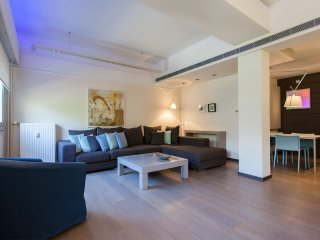 Plaka, luxury one bed apt, in the Cathedral Square, Atene