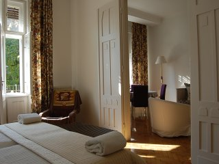 2 ensuite  double bedroom plus living room with balcony at Opera House, AC, WIFI