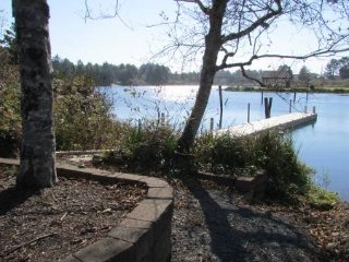 2br - Lakeside Retreat, media room, hot tub, wi fi