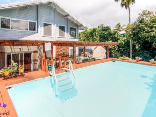 Bright Pahoa Family Apt w/Shared Pool, Bar & Patio