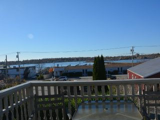 Large Beach House Walking Distance to the Beach!, Newport